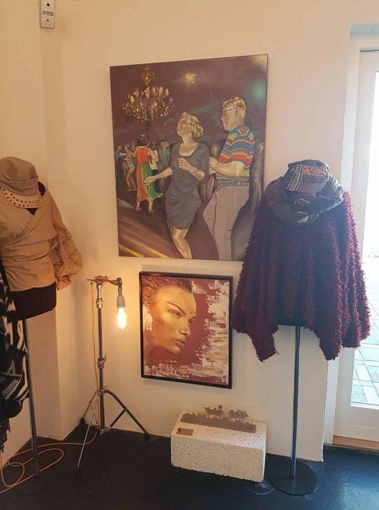 Udstilling malerier - maleri med dans og salsa samt portræt af billedkunstner Lars Stounberg hos YouCreate Odder