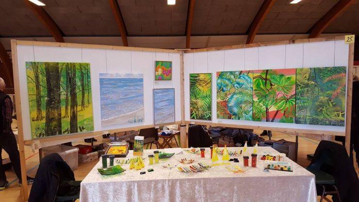 Kunstudstilling Ørting Hallen Påsken malerier med bøgeskov hav og regnskov - Billedkunstner Odder Lars Stounberg