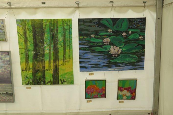 Lars Stounbergs malerier med blomster på udstillingen Kunst i teltet Hornbæk strand 2015