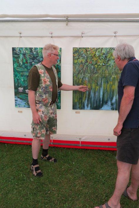 Lars Stounberg præsenterer sit maleri på udstillingen Kunst i teltet Hornbæk strand 2015