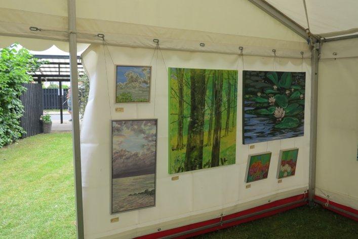Lars Stounbergs stand med malerier på Kunst i teltet Hornbæk strand 2015