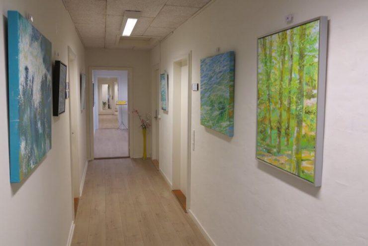 Maleri-udstilling Boulevarden Odder 2017 - kig på udstillingen