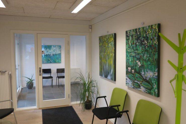 Malerier med vandspejlinger og Åkander 80x100 med på udstillingen Boulevarden Odder 2017