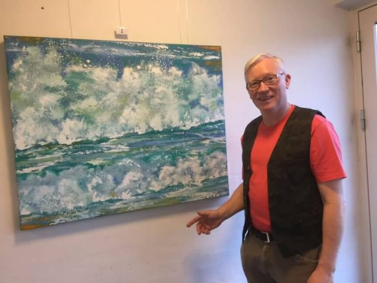 Lars Stounberg præsenterer sit maleri skumsprøjt Vesterhavet