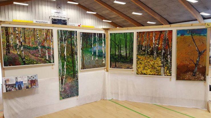 Kunstudstilling Ørting Hallen påsken 2016 malerier med træstammer