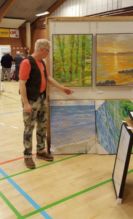 Billedkunstner Odder præsenterer sine malerier med solopgang og bøgeskov