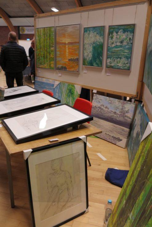 Croquis-tegninger indrammet på bordet - Ørting Hallen 2007 - Lars Stounberg