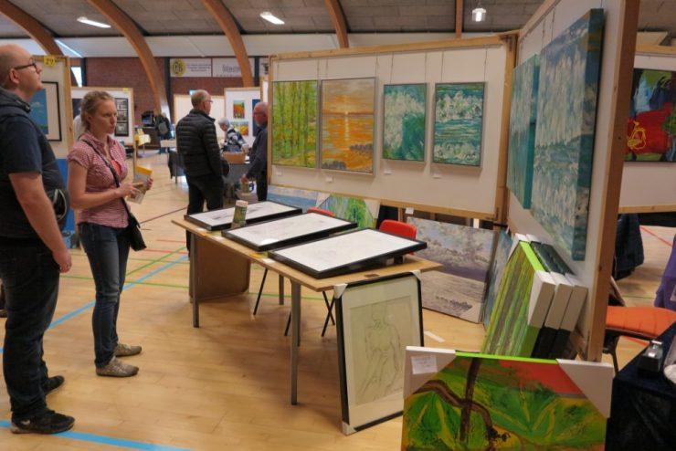 Gæster på kunstudstillingen i Ørting Hallen 2017 - Lars Stounbergs stand med natur malerier