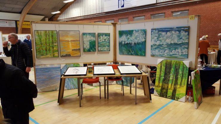 Et kig på standen med malerier med bøgeskov og natur