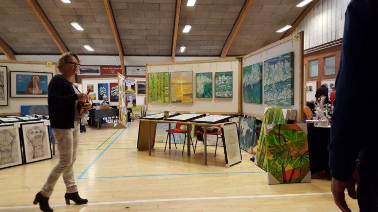 Billedkunstner Odder Lars Stounbergs malerier med strand og bøgeskov