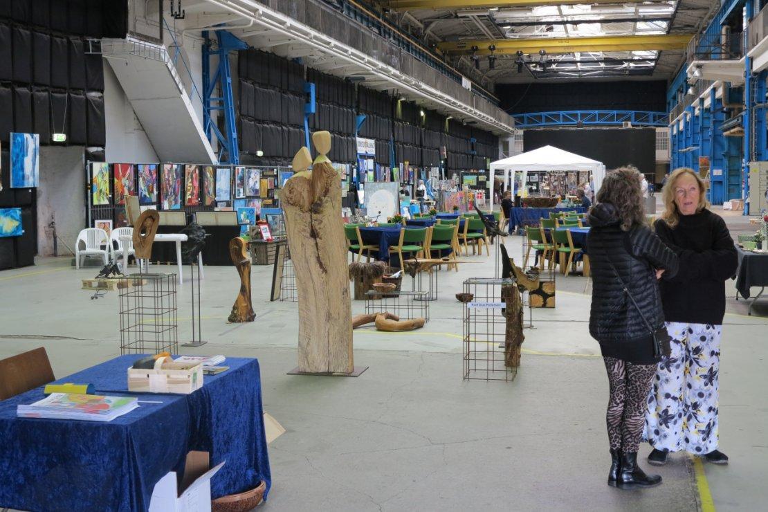 Sommerudstilling Helsingør kunstforening i værftshallen 2017 - kik gennem hallen