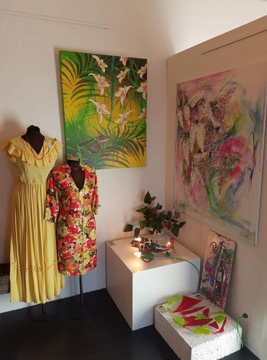 Udstilling malerier - Tropisk regnskov med frø af billedkunstner Lars Stounberg udstillet hos YouCreate Odder